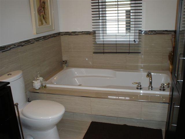 Ceramique salle de bain tendance avec des for Carreaux ceramique salle de bain